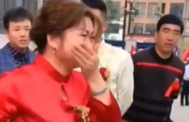 Tiễn dâu cũ đi lấy chồng, mẹ chồng khóc nức nở, tặng hồi môn tiền tỷ